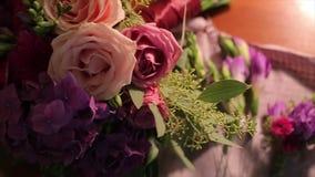 Ramalhete do casamento das rosas Ramalhete do ` s da noiva no dia do casamento Ramalhete de flores diferentes Ramalhete de cor-de vídeos de arquivo