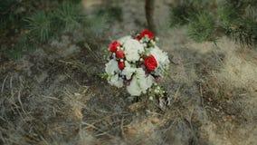 Ramalhete do casamento de flores frescas Manhã do ` s da noiva Ramalhete na floresta video estoque