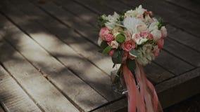Ramalhete do casamento de flores frescas Manhã do ` s da noiva Ramalhete no assoalho de madeira vídeos de arquivo