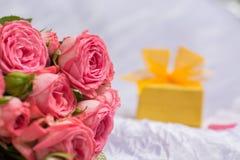 Ramalhete do casamento de rosas cor-de-rosa com a caixa de presente para a joia Imagens de Stock Royalty Free