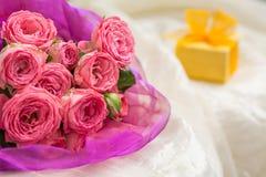 Ramalhete do casamento de rosas cor-de-rosa com a caixa de presente para a joia Foto de Stock Royalty Free