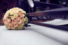 Ramalhete do casamento do inverno que encontra-se na neve Fotos de Stock
