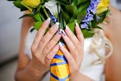 Ramalhete do casamento do tratamento de mãos das rosas e o amarelo e o azul Fotos de Stock Royalty Free