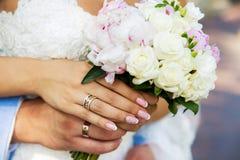 Ramalhete do casamento do vintage nas mãos dos homens e imagens de stock royalty free