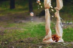 Ramalhete do casamento dos callas fora no balanço decorado Lugar para notas fotografia de stock