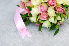 Ramalhete do casamento e duas alianças de casamento do ouro Fotografia de Stock