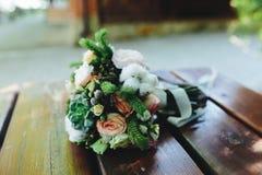 Ramalhete do casamento em um banco fotos de stock