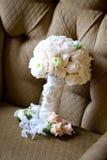 Ramalhete do casamento em uma cadeira Fotos de Stock Royalty Free