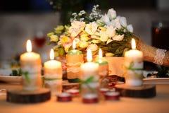 Ramalhete do casamento em uma tabela com velas Fotografia de Stock
