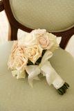 Ramalhete do casamento na cadeira Imagens de Stock Royalty Free