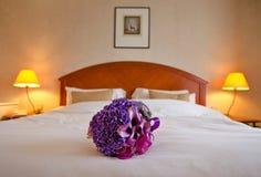 Ramalhete do casamento na cama Fotografia de Stock