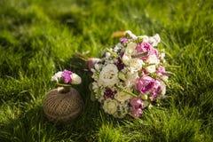 Ramalhete do casamento na grama Imagem de Stock
