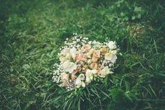 Ramalhete do casamento na grama verde Foto de Stock Royalty Free