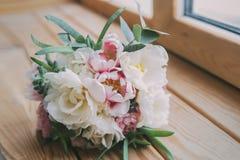 Ramalhete do casamento na janela de madeira Fotografia de Stock