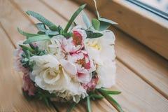 Ramalhete do casamento na janela de madeira 2 Imagem de Stock Royalty Free