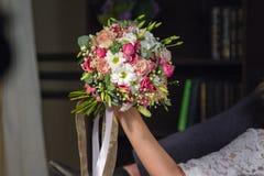 Ramalhete do casamento na mão da noiva fotografia de stock