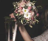 Ramalhete do casamento na mão da noiva fotos de stock