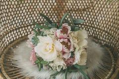 Ramalhete do casamento na poltrona da palha Imagens de Stock Royalty Free