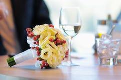 Ramalhete do casamento na tabela Imagens de Stock Royalty Free
