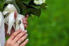 Ramalhete do casamento nas mãos Amor da inscrição Close-up Foto de Stock