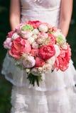 Ramalhete do casamento nas mãos da noiva Imagem de Stock Royalty Free