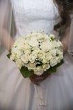 Ramalhete do casamento nas mãos da noiva Imagens de Stock Royalty Free