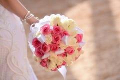 Ramalhete do casamento nas mãos da noiva Imagem de Stock