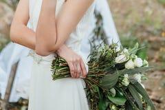 Ramalhete do casamento nas mãos do ` s da noiva fotos de stock royalty free