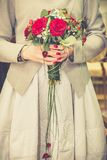 Ramalhete do casamento nas mãos do ` s da noiva imagem de stock