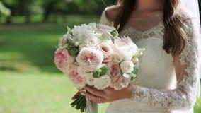Ramalhete do casamento nas mãos do ` s da noiva video estoque