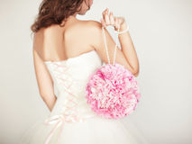 Ramalhete do casamento nas mãos da noiva Fotos de Stock Royalty Free