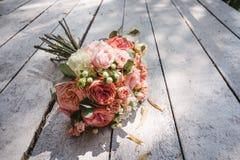 Ramalhete do casamento no assoalho de madeira fotos de stock