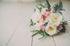 Ramalhete do casamento no assoalho de madeira Fotografia de Stock