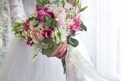 Ramalhete do casamento no bride& x27; mãos de s imagem de stock