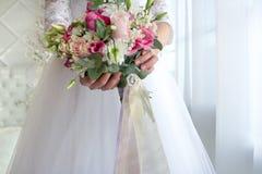 Ramalhete do casamento no bride& x27; mãos de s fotos de stock