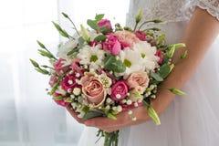 Ramalhete do casamento no bride& x27; mãos de s foto de stock