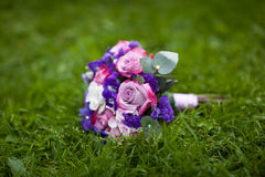 Ramalhete do casamento no gramado Imagens de Stock Royalty Free
