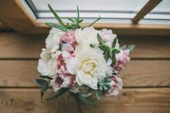Ramalhete do casamento que está na janela de madeira 2 Fotos de Stock