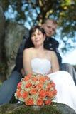 Ramalhete do casamento recentemente e casal Imagens de Stock Royalty Free