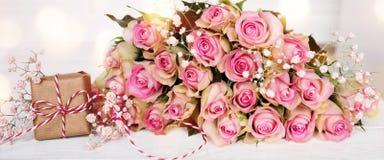 Ramalhete do dia de mães com rosas cor-de-rosa e um presente Foto de Stock Royalty Free