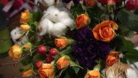 Ramalhete do inverno do circundamento bonito das flores video estoque