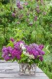 Ramalhete do lilás na tabela no jardim Imagem de Stock