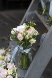 Ramalhete do lisianthus, das rosas e dos cravos nas etapas da escadaria como a decoração da entrada à casa Fotos de Stock Royalty Free