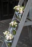 Ramalhete do lisianthus, das rosas e dos cravos nas etapas da escadaria como a decoração da entrada à casa Fotografia de Stock Royalty Free