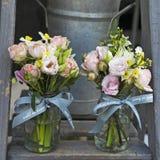 Ramalhete do lisianthus, das rosas e dos cravos nas etapas da escadaria como a decoração da entrada à casa Fotografia de Stock