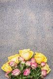 Ramalhete do presente das rosas amarelas e vermelhas, lugar rústico da opinião superior do fundo do granito para o texto fotografia de stock
