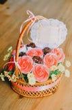 Ramalhete do queque e dos marshmallows em uma cesta do rattan Imagens de Stock Royalty Free