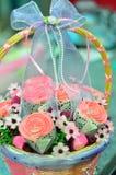 Ramalhete do queque e dos marshmallows em uma cesta do rattan Fotos de Stock Royalty Free