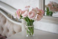Ramalhete do ranúnculo e de tulipas delicados dentro Fotos de Stock Royalty Free