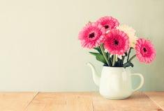 Ramalhete do verão das flores na tabela de madeira com fundo da hortelã imagem filtrada vintage imagens de stock